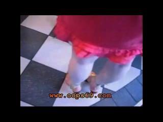 मिनी स्कर्ट के नीचे छूत
