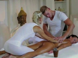 Gangbanging श्यामला masseurs की जोड़ी