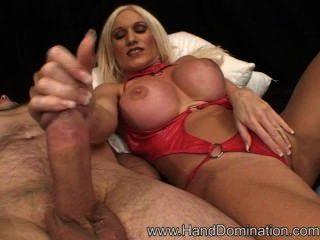 सेक्सी माँ बहुत ज्यादा एक handjob पसंद करती है