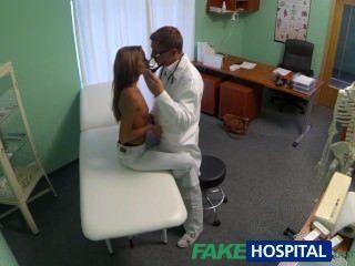 गर्म युवा लड़की पर FakeHospital जासूसी विशेष उपचार होने