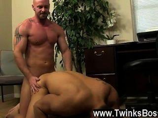 समलैंगिक सेक्स pervy मुख्य मिच Vaughn अंततः पर पर्याप्त लाभ उठाने खोदता