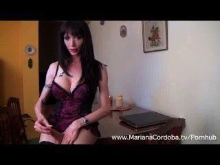 मेज पर मारियाना कॉर्डोबा हस्तमैथुन