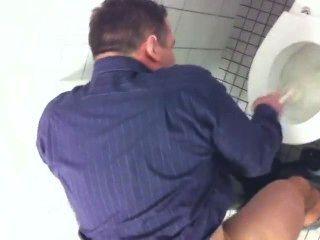 शौचालय स्टाल में goodlooking पिता पर जासूसी