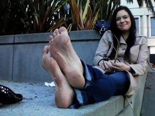 बदबूदार गंदे पैर और फ्लैटों के साथ गर्म लड़की