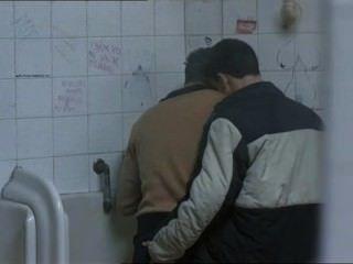 दो गर्म लोग एक सार्वजनिक शौचालय में मिले थे और ...