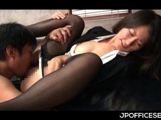 जापानी कार्यालय लड़की उसके योनी में मालिकों डिक ले रही है और इसे ले रहा