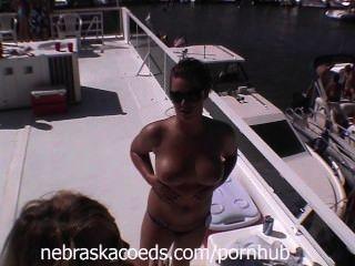 Ozarks की झील में झील पार्टी के सप्ताह के अंत में