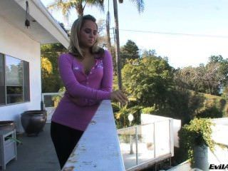 Aleska डायमंड छज्जे पर धूम्रपान करता है
