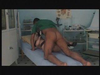 युवा सींग का बना नर्स pantient मदद करने