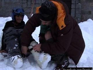 श्यामला किशोरों ओरा बर्फ में एक मोटी शिश्न ले रही है