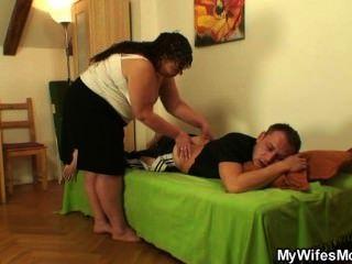 अपनी पत्नी को छोड़ देता है और वह मोटी मां-in-law बैंग्स