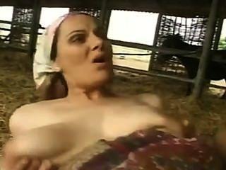 बड़े स्तन के साथ बालों वाली गर्म महिला गड़बड़ और फूहड़