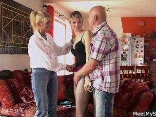 वह अपने बूढ़े माता पिता के साथ एक त्रिगुट है
