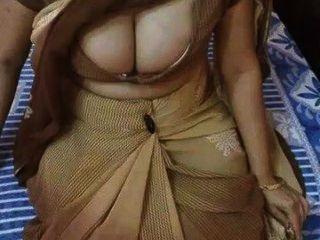 भारतीय एमआईएलए बड़े रसदार स्तन है