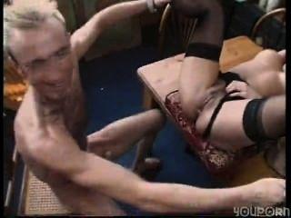 सेक्सी श्यामला गृहिणी उसे काम के स्थान पर shagged हो जाता है