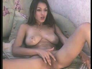 messyhot उर्फ सोफी एक मालिश उसके बड़े स्तन और उसे गीला बिल्ली के साथ खेलता है