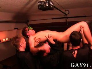 समलैंगिक अश्लील इस सप्ताह अधीनता कुछ असामान्य यातना के तरीकों की सुविधा है,