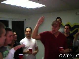 समलैंगिक वीडियो इन लड़कों को बहुत हास्यास्पद हैं।वे इन 2 लोगों को मिल गया है कि
