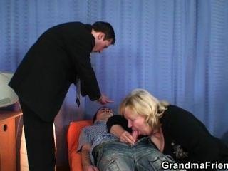 सुनहरे बालों वाली दादी दो लंड से पटक दिया जाता है