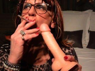 सिंथिया सीडी / टीवी उसे dildo पर शक्की बीजे का अभ्यास