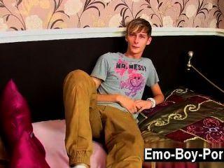 समलैंगिक वीडियो धक्का देकर लेवी एक स्लिम और शांत ब्रिटिश दोस्त है जो वास्तव में है