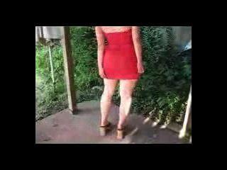 लाल रंग की पोशाक