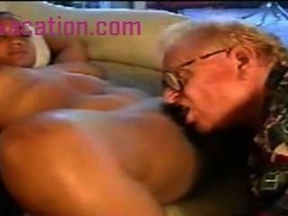 बड़े स्तन के साथ ब्लैक लेडी एक पुरानी सफेद आदमी द्वारा गड़बड़ हो जाता है