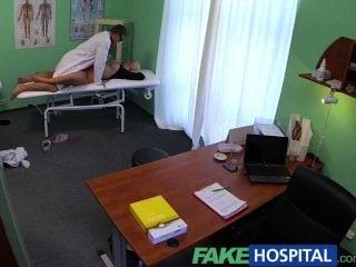FakeHospital मोटी सुंदर गोरा चिकित्सक के रूप में वह प्रसन्न कर देता है