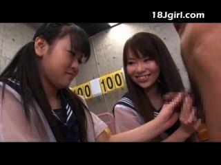 दो एशियाई स्कूली छात्राओं