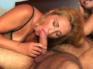 Titless लड़की एक गर्म संवर्धन के लिए एक blowjob देता है