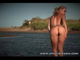 सार्वजनिक नग्नता और रेत पर हस्तमैथुन