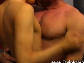 उसकी माँ के बाद समलैंगिक XXX उसे अपने ट्यूटर boinking पकड़ा, Kyler काई था