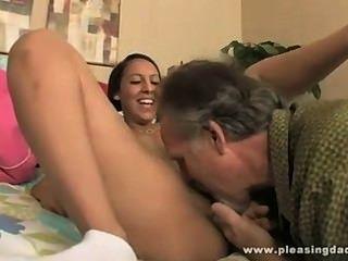 कामुक guirl मोजे में हस्तमैथुन और दादा द्वारा गड़बड़