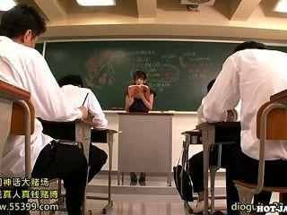 जापानी लड़कियों university.avi पर लंपट निजी शिक्षक पर हमला