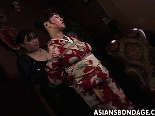 कीमोनो में जापानी गर्म करार हो जाता है