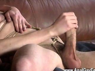 गर्म समलैंगिक दृश्य सोफे पर वापस लात मार, zacary के रूप में नीचे बारी करने में असमर्थ है