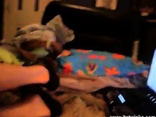 Twinks XXX, बिस्तर में बिछाने अपनी पैंट लात से शुरू होता है और वह