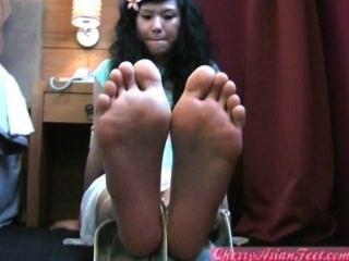 चीनी युवा लड़की पैर की उंगलियों के तलवों
