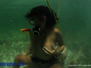 पानी के नीचे।जेमी वेलेंटाइन