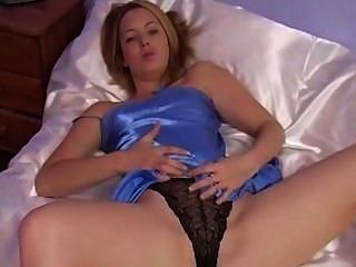 सुनहरे बालों वाली सेक्सी नीले साटन nightgown के साथ मज़ा है
