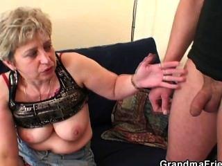 दादी हस्तमैथुन के बाद दो लंड लेता है