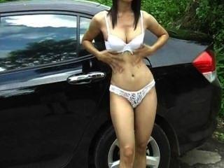 एशियाई आकर्षक बाहर उसके स्तन से पता चलता है