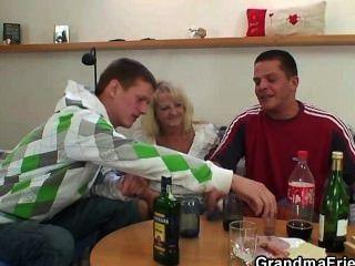 पार्टीबाजी लोग नशे में सुनहरे बालों वाली दादी पेंच