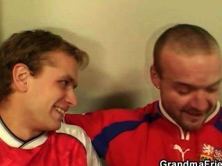 दादी दो पुरुषों द्वारा गड़बड़ करने के लिए है