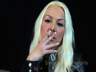 धूम्रपान करती लड़कियां चमड़े की पैंट में