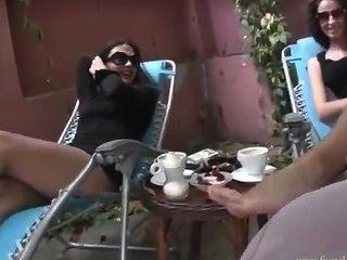 पैर चाटना महिलाओं का दबदबा बुत
