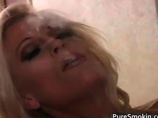 गोरा milf धूम्रपान और उसे बिल्ली का प्रदर्शन