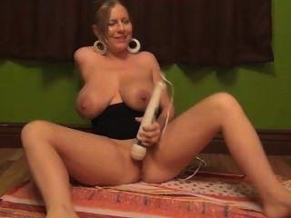 , खिलौनों के साथ खेल धूम्रपान और विशाल titties से उल्लू रस फुहार!