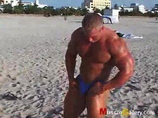 समुद्र तट ग्रेग जोंस पर पेशी