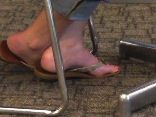 खरा गोरा पैर और फ्लिप फ्लॉप में पैर की उंगलियों